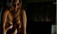 обнаженная Джулианна Гуилл показывает свою грудь