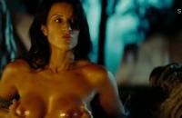 Америка Оливо показывает свою голую грудь