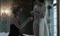 Марта Гастини  с обнаженной грудью