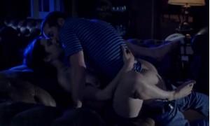 Сцена секса Рэйчел Вайс на диване