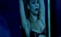 Полностью голая Алиси Брага исполняет стриптиз