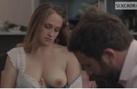 Джемима Кёрк показывает свою грудь