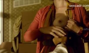 Лорен Ли Смит дает потрогать свою грудь