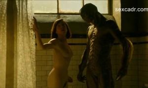 Салли Хокинс обнаженна залезает в ванну