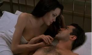 Обнаженная Анджелина Джоли в постели