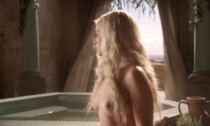 Голая Эмилия Кларк принимает ванну