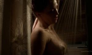 Голая Уилла Форд принимает душ