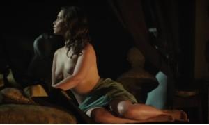 Голая Эмилия Кларк позирует перед скульптором