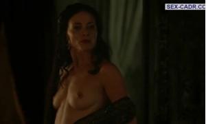 Голая Лара Пулвер показывает свою грудь