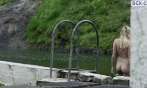 Голая Майка Монро купается в реке