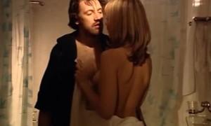 Ксения Назарова показывает свою грудь