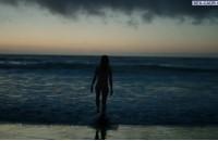 Шейлин Вудли голая заходит в море