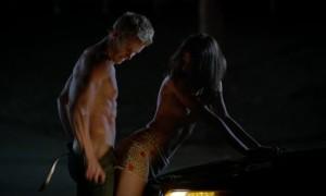 Секс с Каролиной Выдра на капоте машины