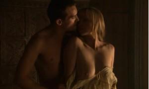Слейн Келли показывает свою грудь