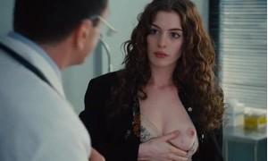 Энн Хэтэуэй показывает свою грудь