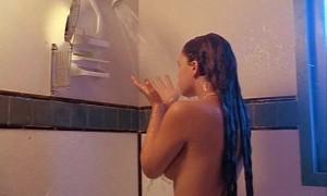 голая Дрю Бэрримор принимает душ