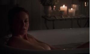 голая Дайан Лейн принимает ванну