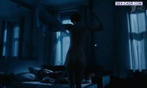 Марина Коняшкина голая ложится в постели
