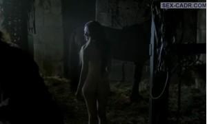 голая Кэти Макграт в конюшне соблазняет мужчину