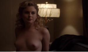 Роуз МакАйвер оголяет свою грудь